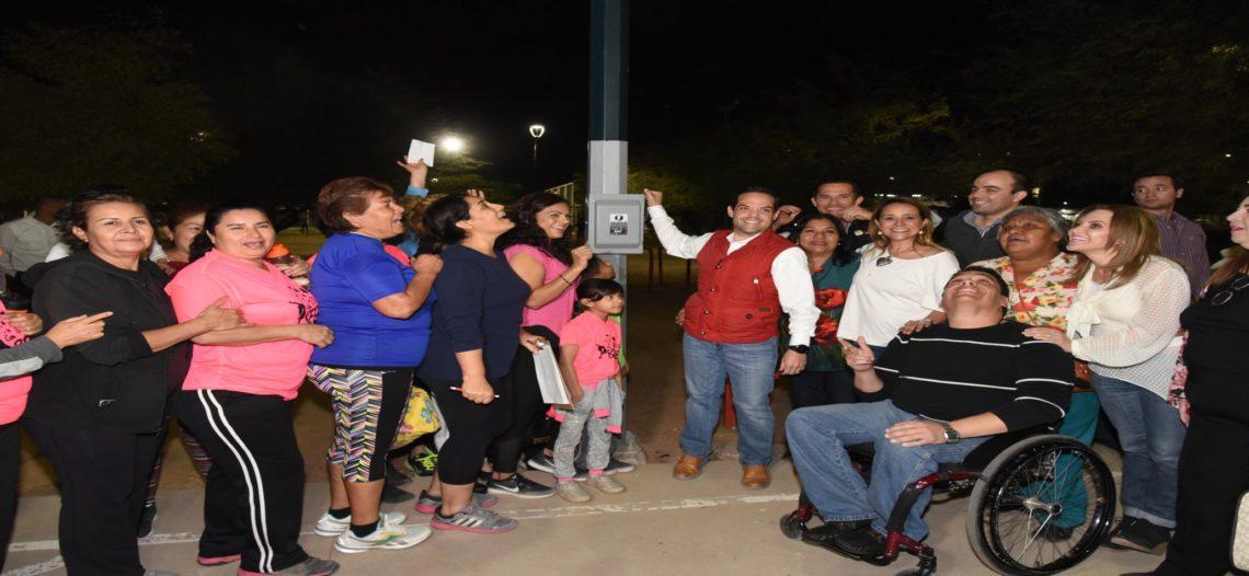 Inaugura Maloro Acosta iluminación LED en parque de colonia Sahuaro