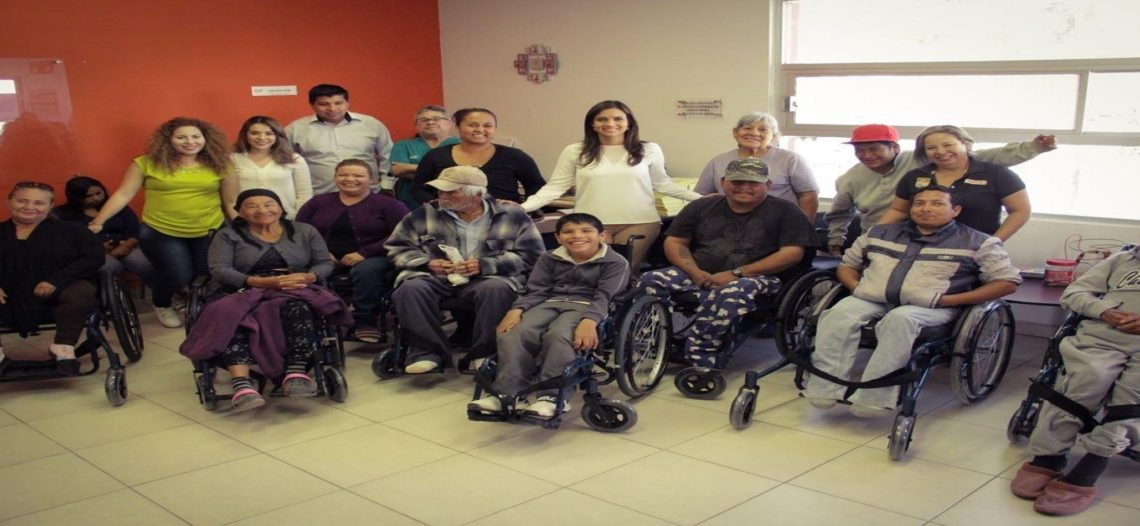 Entrega Martha Antúnez de Acosta sillas de ruedas en zona rural