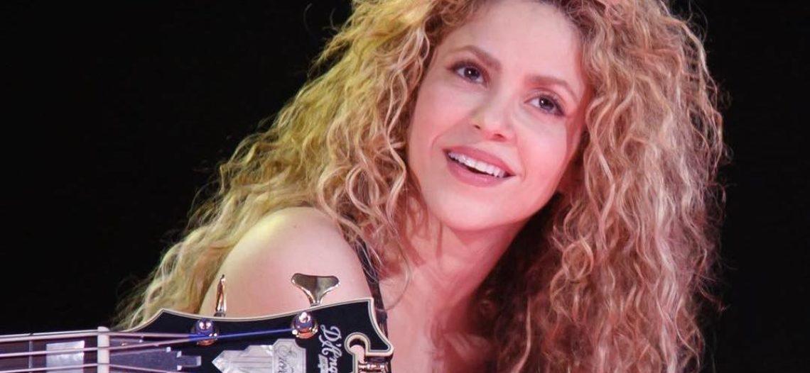 Shakira tiene un incidente con vestuario en pleno concierto