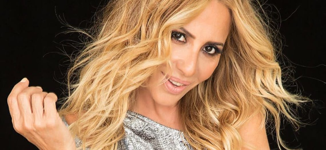 Marta Sánchez, la traiciona su vestido en pleno show