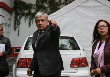 Fanático religioso asecha a López Obrador en su casa de transición