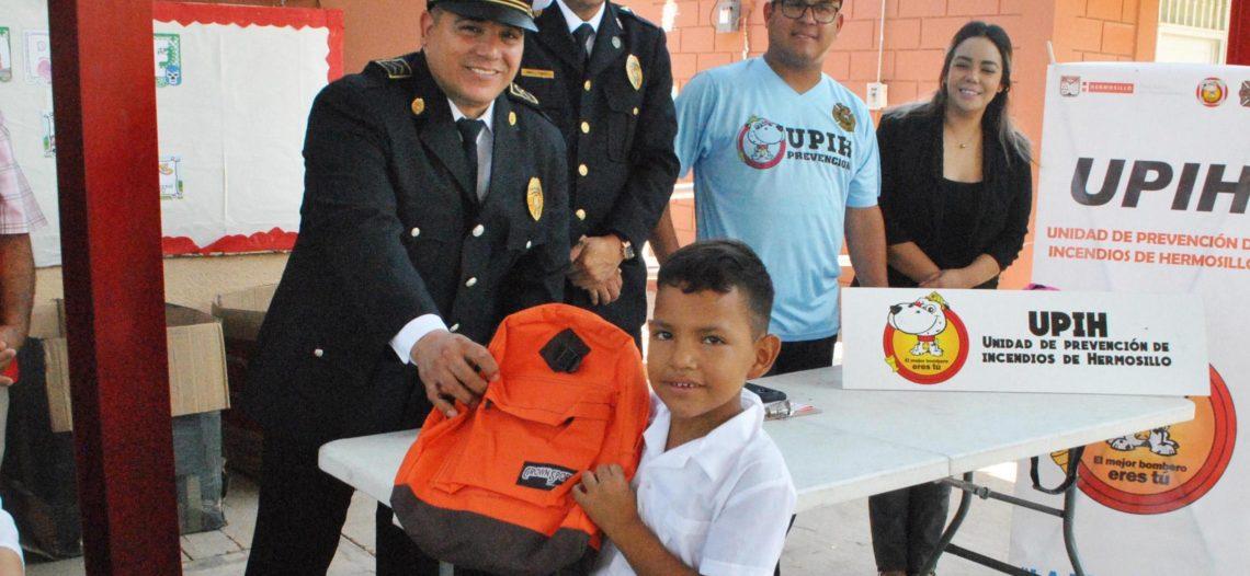 Lleva Bomberos de Hermosillo útiles escolares a niños del Ejido el Buey