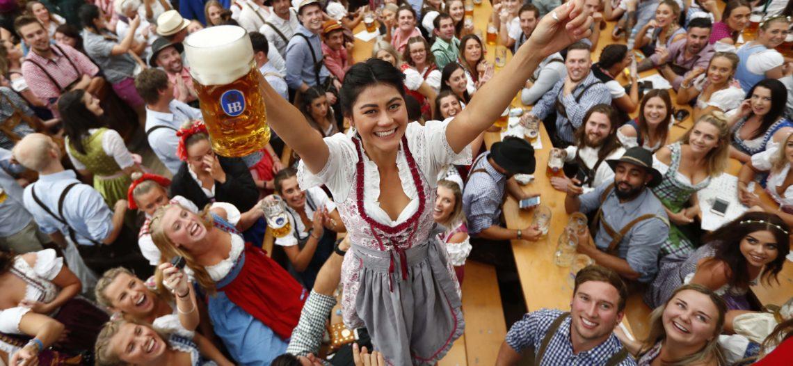 Fluyen ríos de cerveza en Alemania con el inicio del Oktoberfest