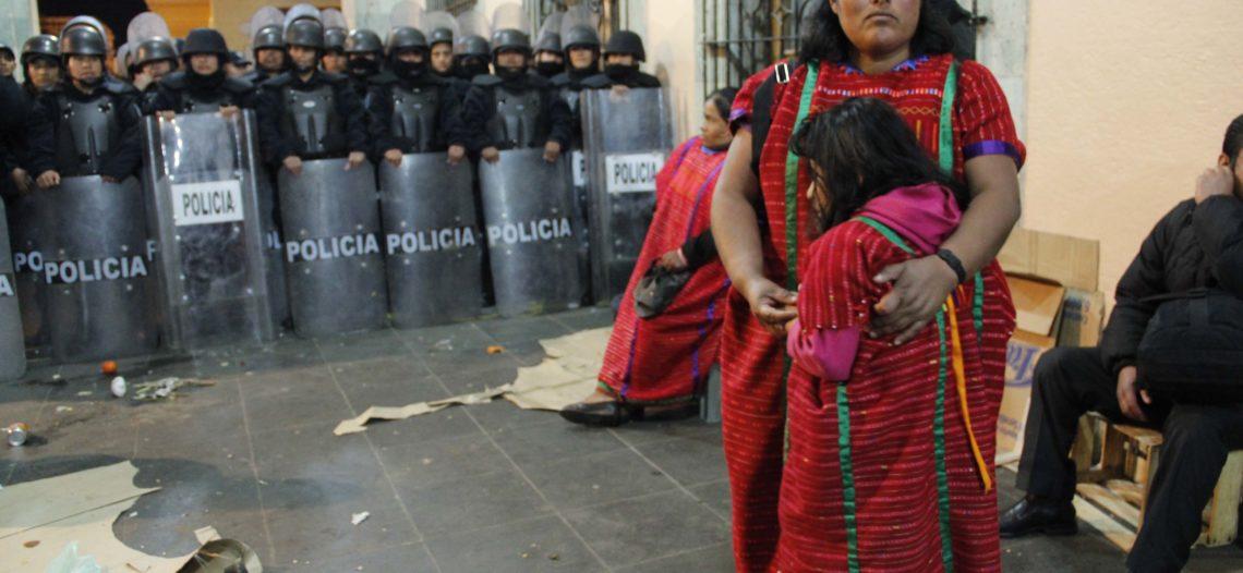 Entre empujones desalojan campamento de mujeres triquis en Oaxaca