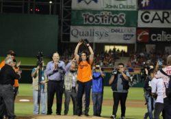 Lanza Ana Guevara la primera bola en inauguración de la LMP