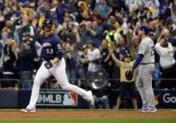 Milwaukee blanquea a los Dodgers y toma ventaja