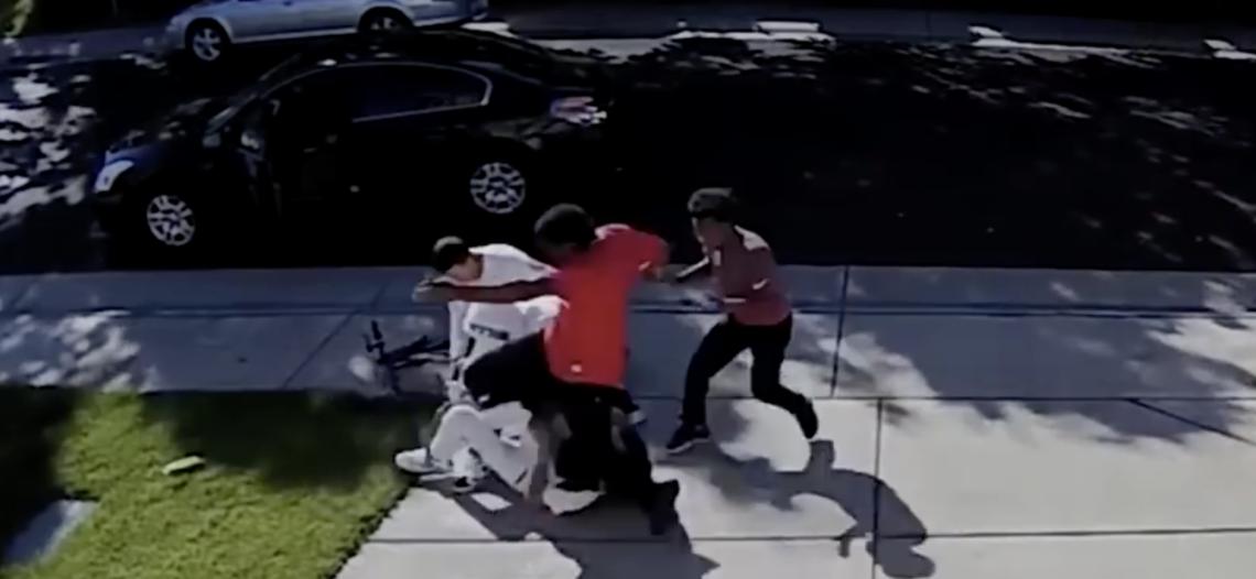 Dan brutal golpiza a niño para quitarle su dinero en California