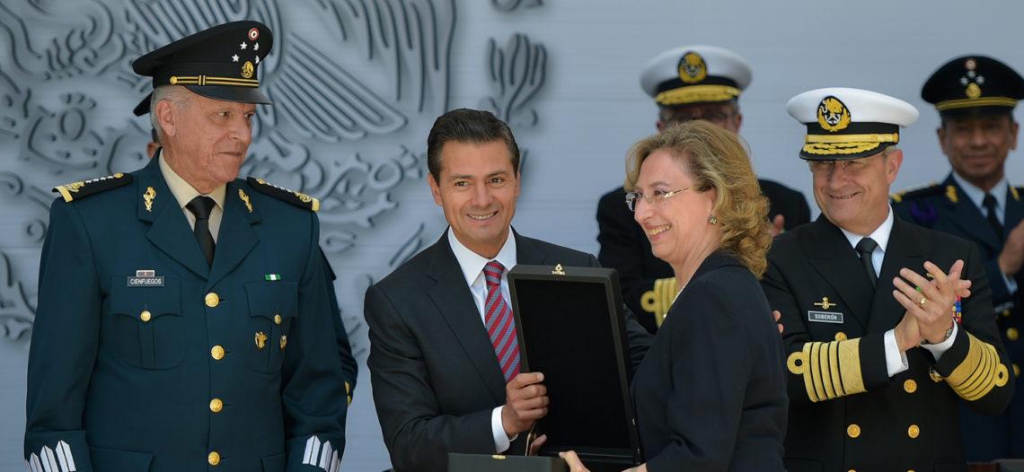 Fuerzas Armadas condecoran a Peña Nieto por su visión de estado