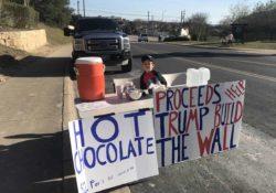 Niño vende chocolate para ayudar a Trump a construir el muro