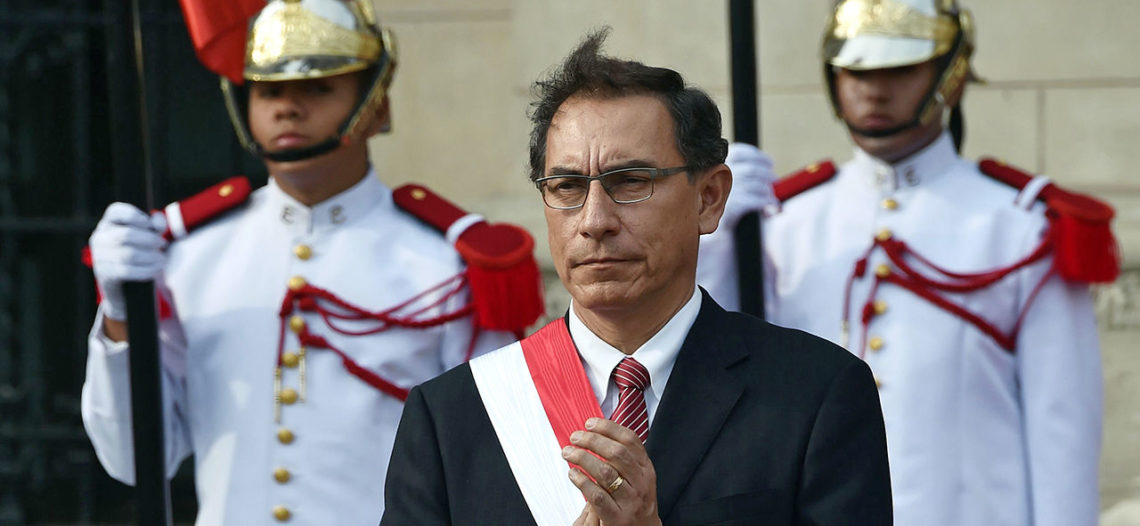 Presidente de Perú 'amenaza' con disolver Congreso