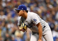 Julio Urías conecta hit en tropiezo de los Dodgers