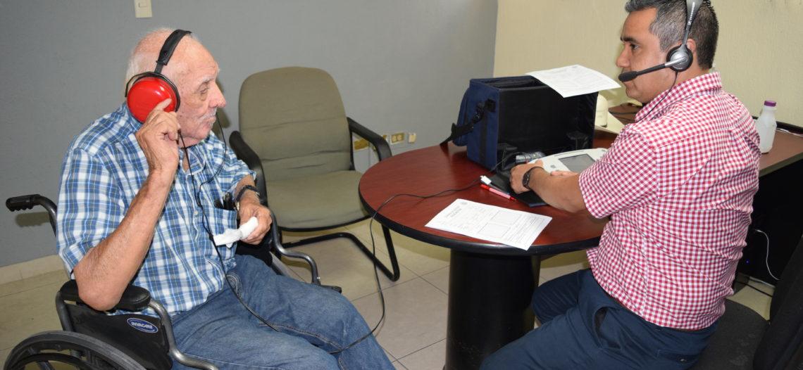 Sonorenses reciben auxiliares auditivos