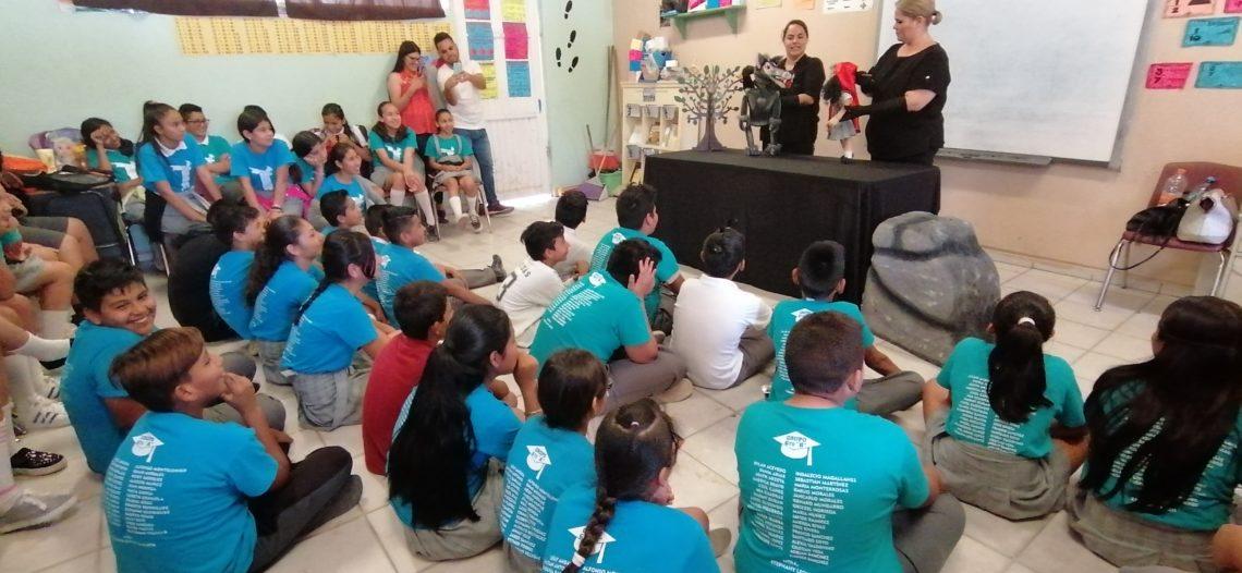 Llevan obra de teatro a escuelas con mensaje de paz