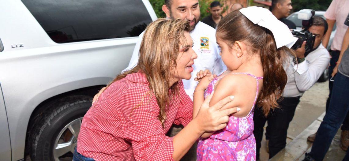 Bajo fuerte lluvia, Gobernadora entrega diversos apoyos en la Sierra Baja