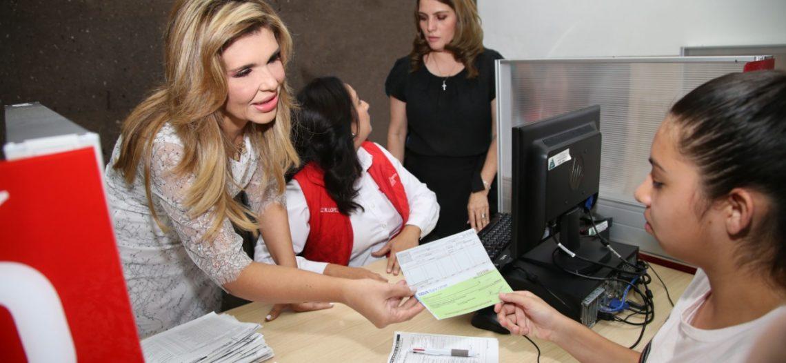 Beneficia Gobernadora con becas a miles de estudiantes