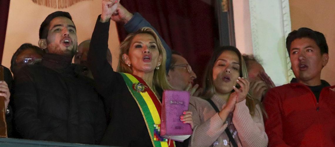 Senadora Jeanine Áñez se asume presidenta de Bolivia