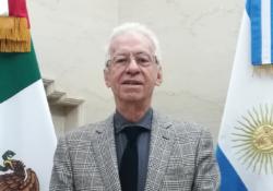 Suspenden a embajador señalado de robar libro en Argentina